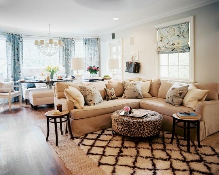 schöne wohnzimmer wände:modernes wohnzimmer mit beige sofa und schönem teppich