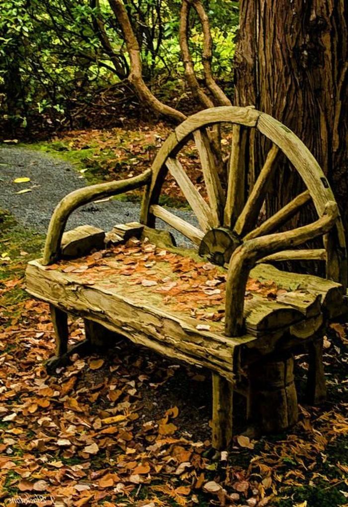 mysteriöse-märchenhafte-Holzbank-Garten-unter-den-Herbstblättern