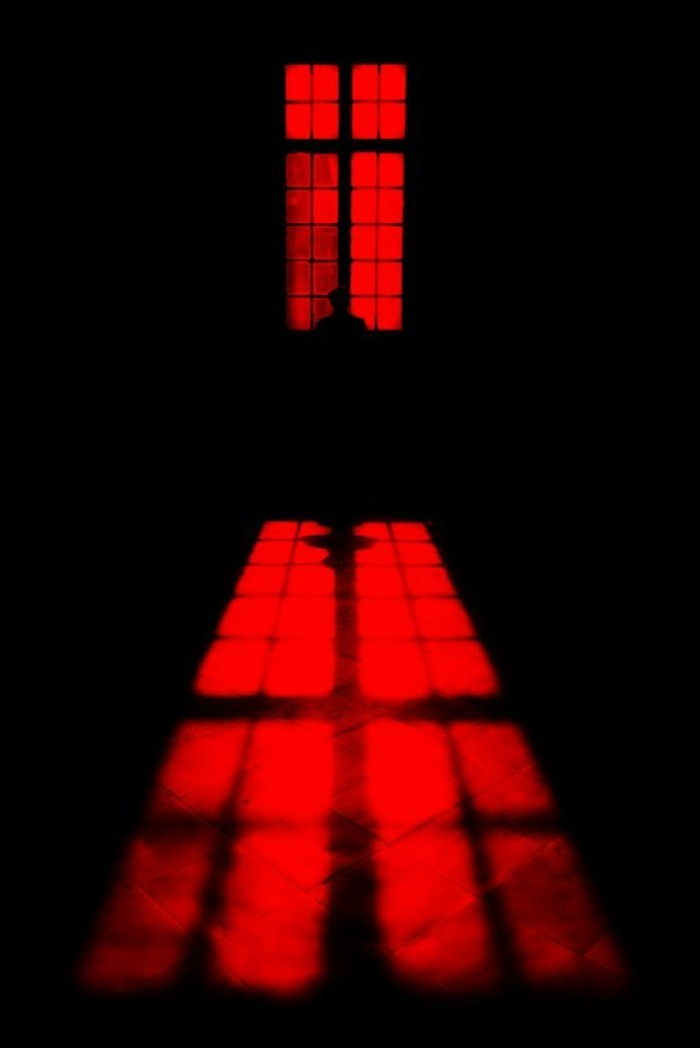 mystisches-rotes-Licht-im-Raum