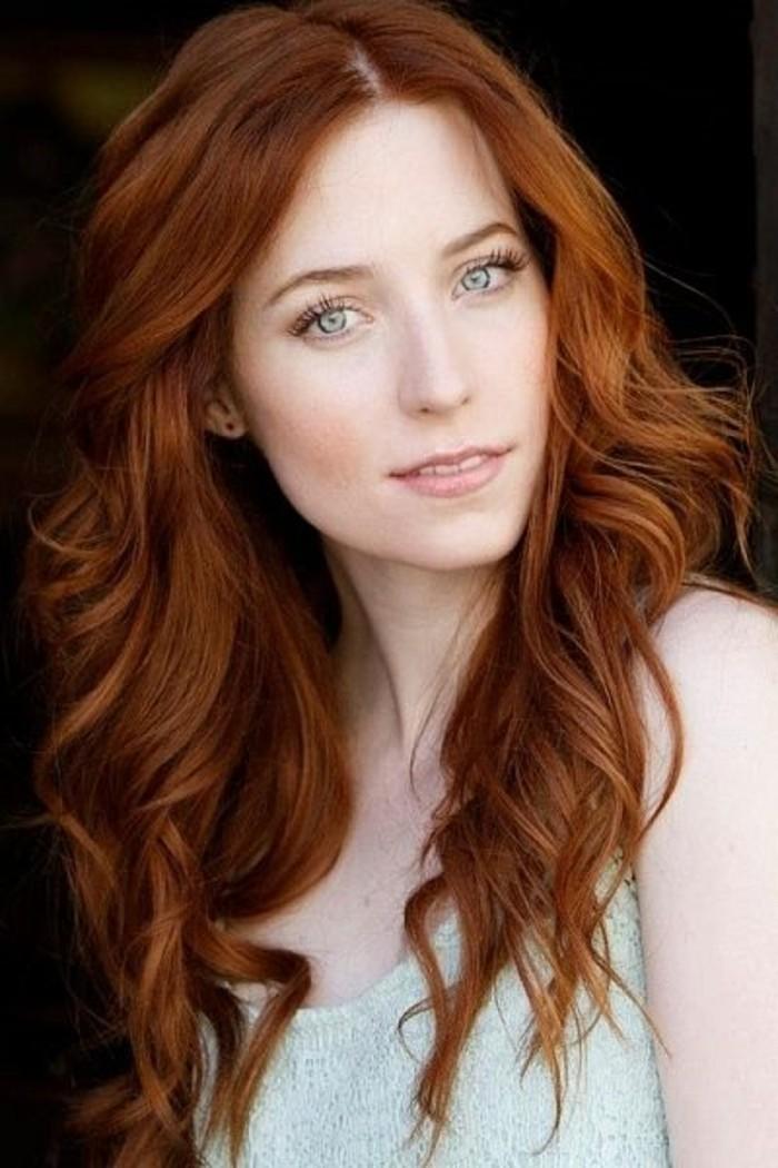 natural-aussehende-Kupfer-Haarfarbe-lange-Haare-schöne-blaue-Augen