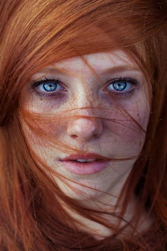 naturale-Haarfarbe-Kupfer-in-Kombination-mit-blauen-Augen