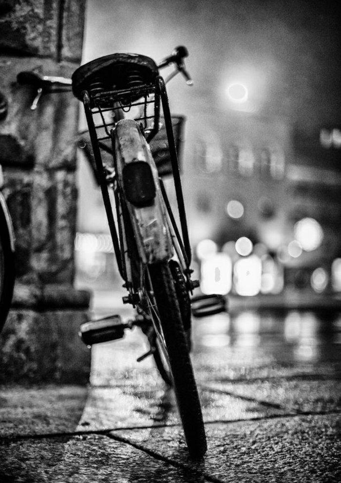 nostalgische-schwarz-weiße-Fotografie-Fahrrad-auf-der-Straße