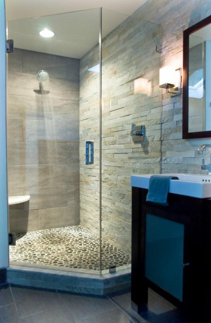 originelle-glaswand-dusche-im-kleinen-badezimmer