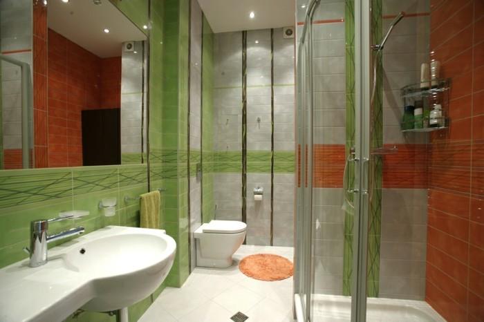 originelles-badezimmer-gläserne-duschabtrennung-und-grüne-wände