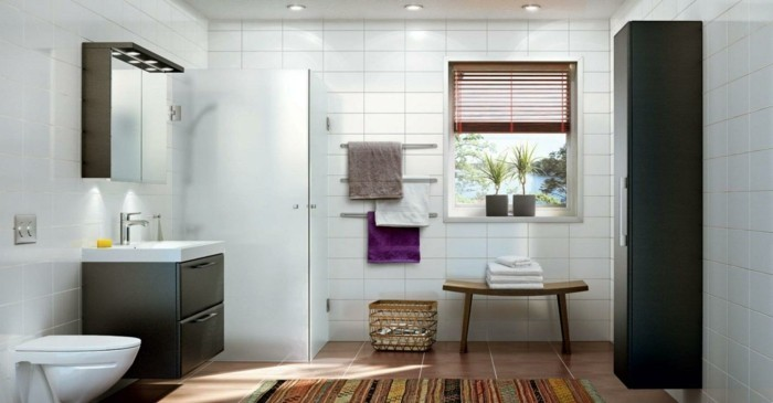 originelles-badezimmer-mit-holzboden-und-glaswand-dusche