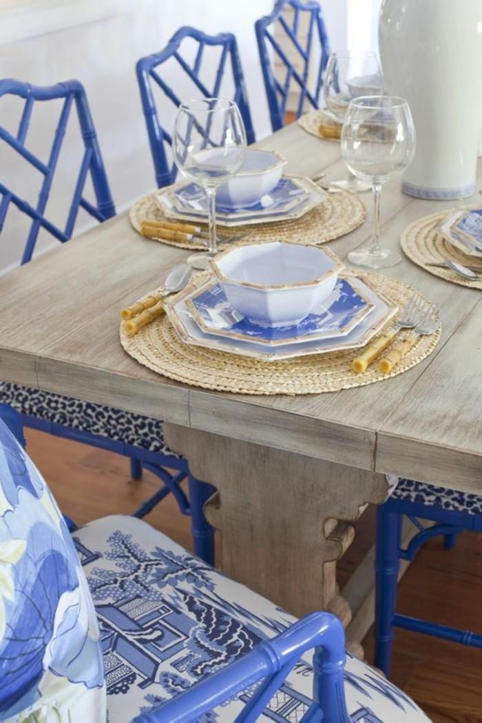 originelles-blaues-Muster-bei-den-Esszimmerstühlen-und-den-Tellern