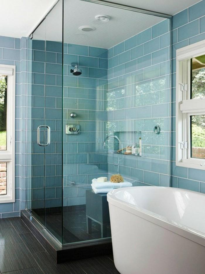originelles-design-duschkabine-aus-glas-blaue-wände-im-badzeimmer