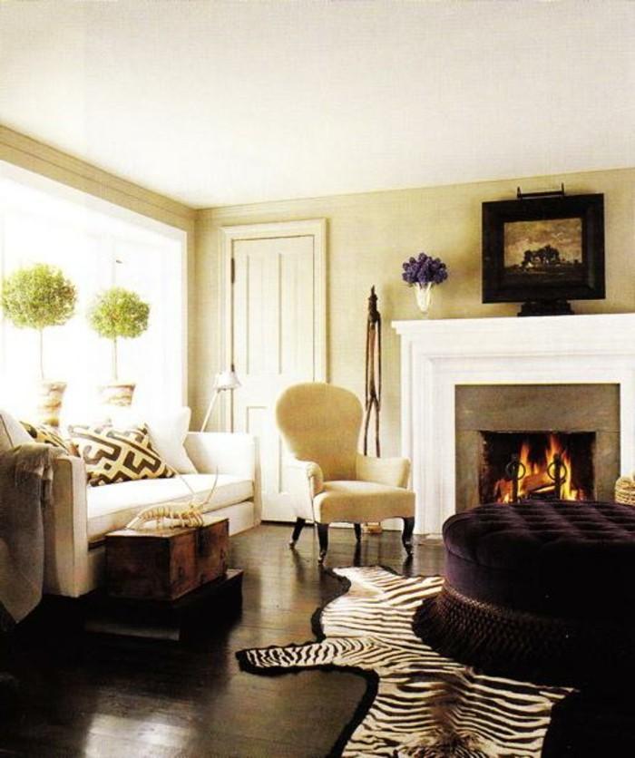 originelles-modell-wohnzimmer-beige-weißer-kamin-und-schöne-möbel