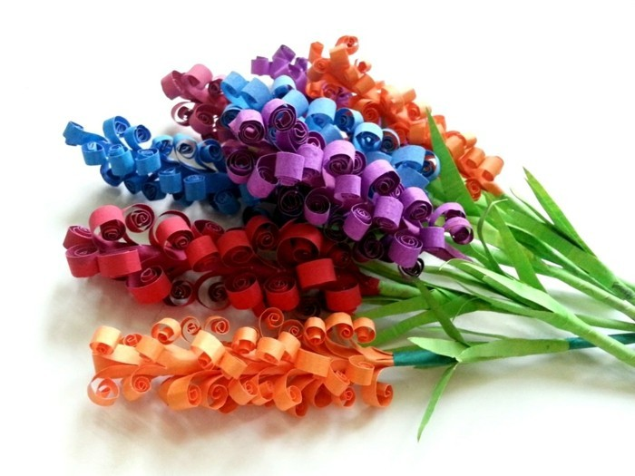 papierblumen-basteln-bunte-farben-weißer-hintergrund