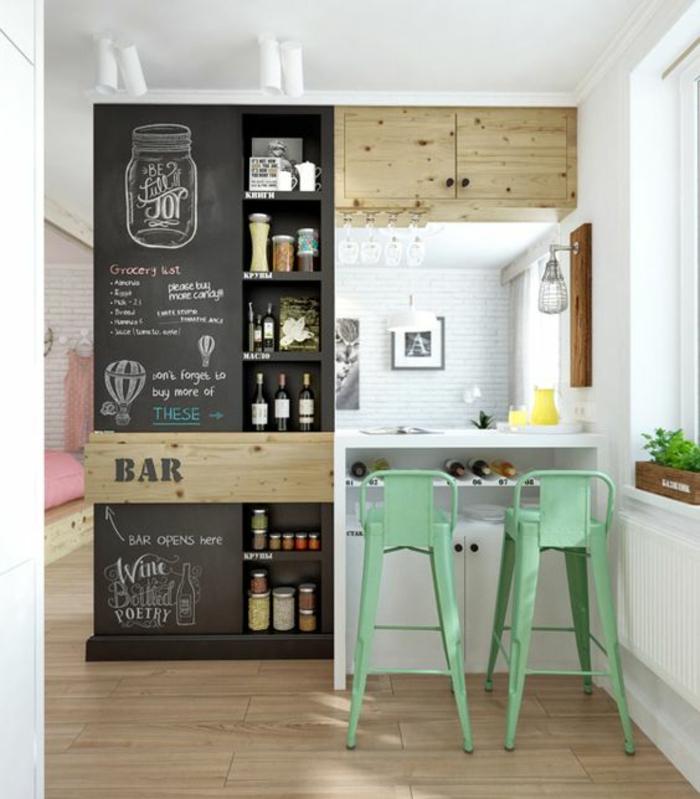 perfekt-organisierte-kleine-Küche-effektvolle-grüne-Barhocker