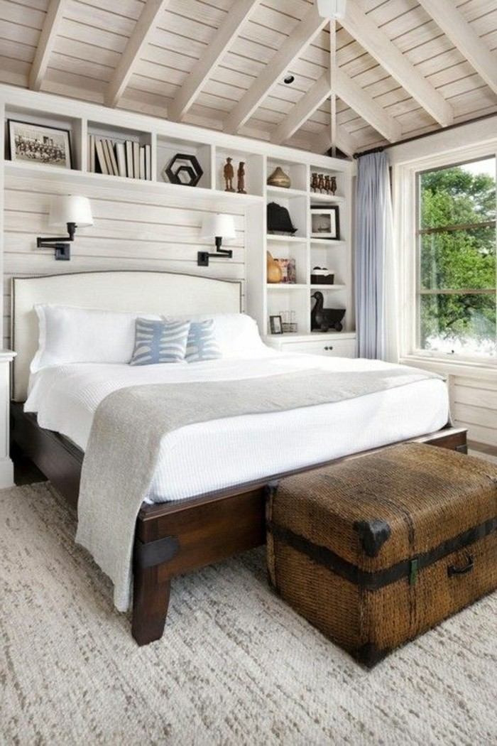 polsterbett-mit-bettkasten-weiße-bettwäsche-hölzerne-zimmerdecke