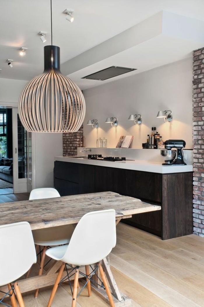 praktisches-Küchen-Design-Ziegelwand-Tisch-aus-Massivholz-weisse-Stühle