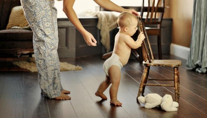 pvc-bodenbeläge-kleines-baby-und-mama-tolles-foto