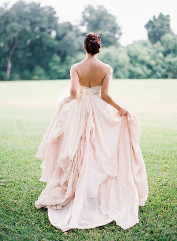 rückenfrei-brautkleid-rosa-farbe