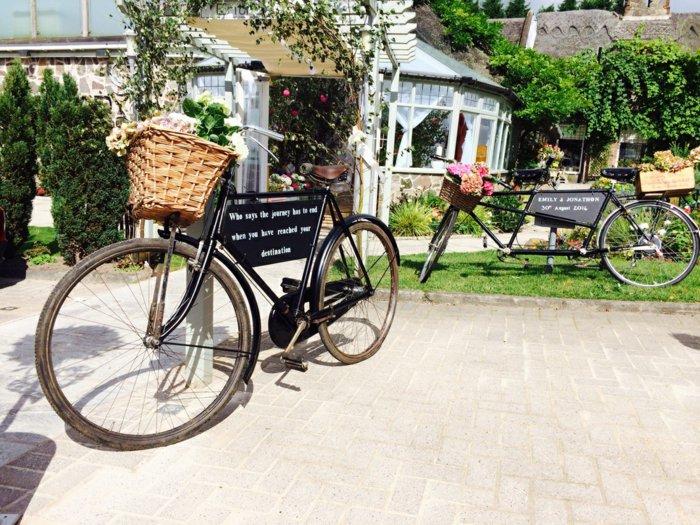 retro-Fahrräder-geschmückt-mit-Blumen