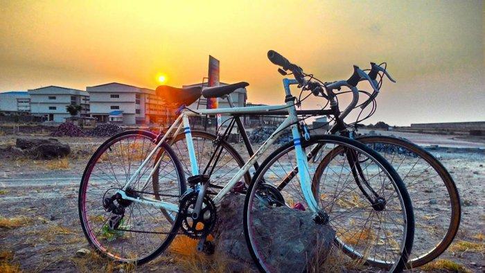 retro-Fahrräder-unter-den-Sonnenscheinen