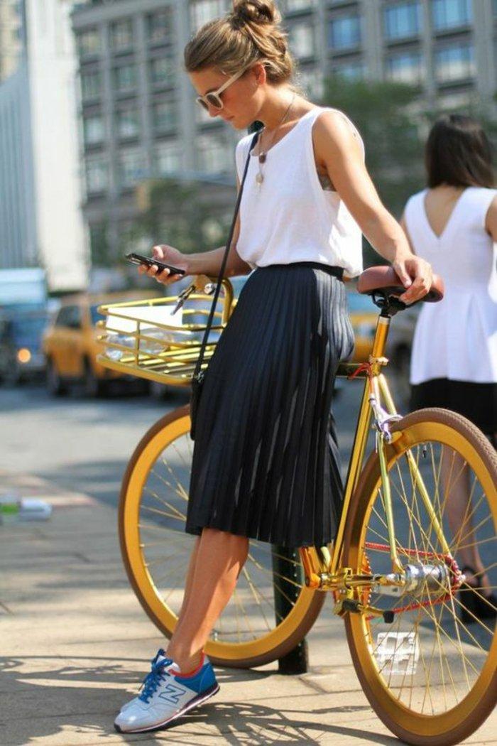 retro-Fahrrad-mit-Korb-in-Gelb