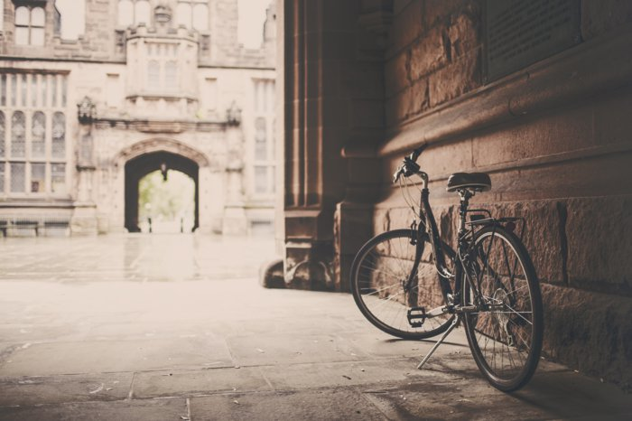 retro-Fahrrad-neben-altem-Gebäude