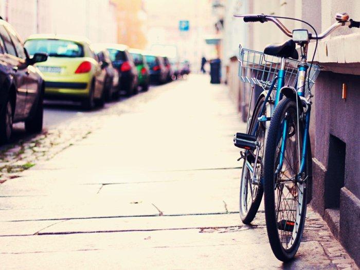 retro-Fahrrad-neben-dem-Gebäude