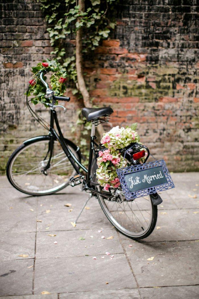 romantische-Hochzeitsidee-retro-Fahrrad-geschmückt-mit-Blumen
