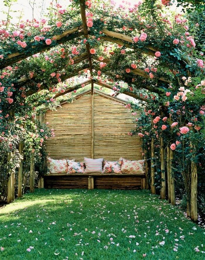 romantischer-Garten-bedeckt-mit-Brättern-dekoriert-mit-Rosen