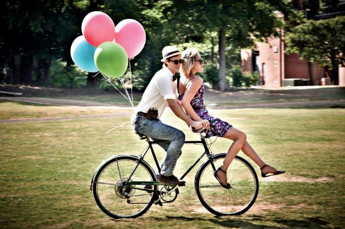 romantischer-Spaziergang-auf-retro-Fahrrad