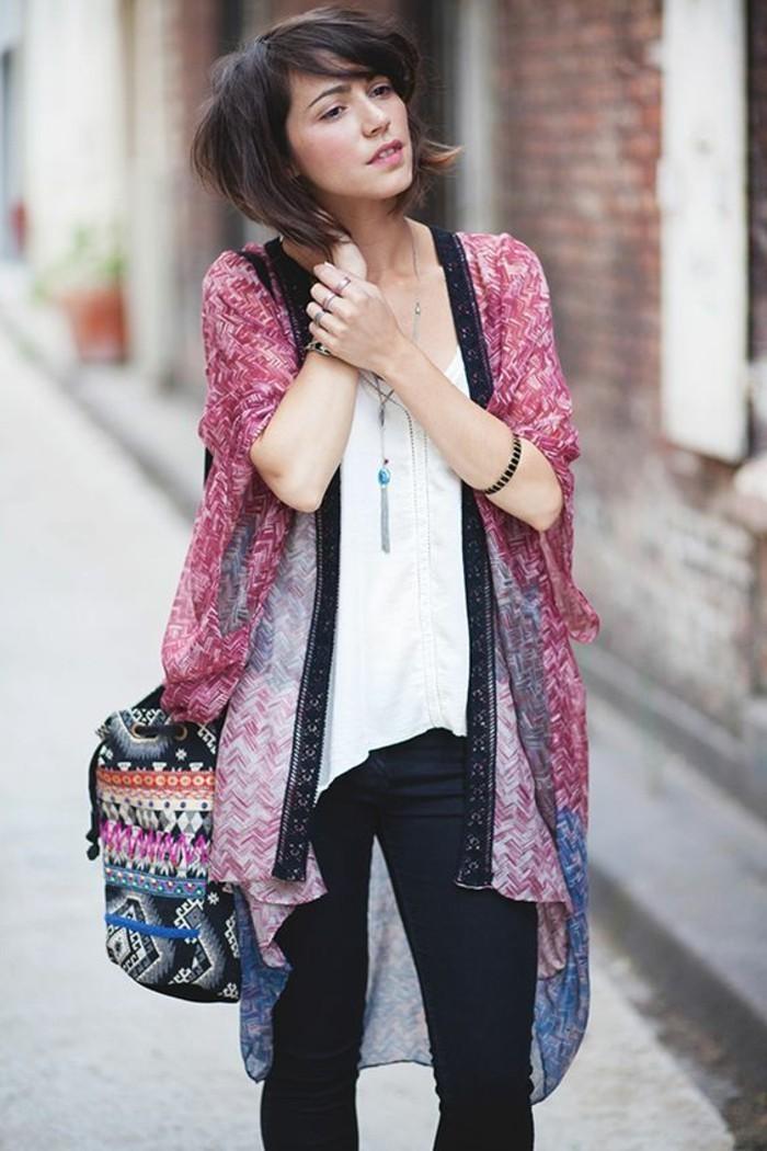 romantisches-Modell-Damen-Kimono-in-süßen-Farben