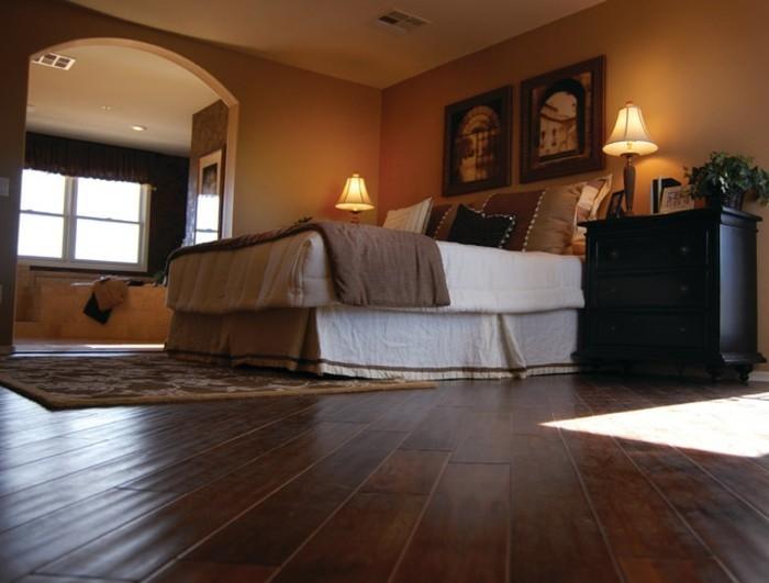 romantisches-schlafzimmer-weißes-bett-warmes-ambiente
