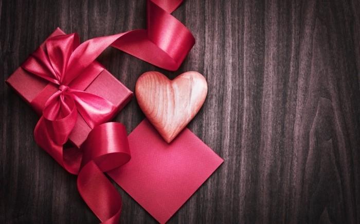 rosige-geschenke-auf-brettern-valentinstag-bilder