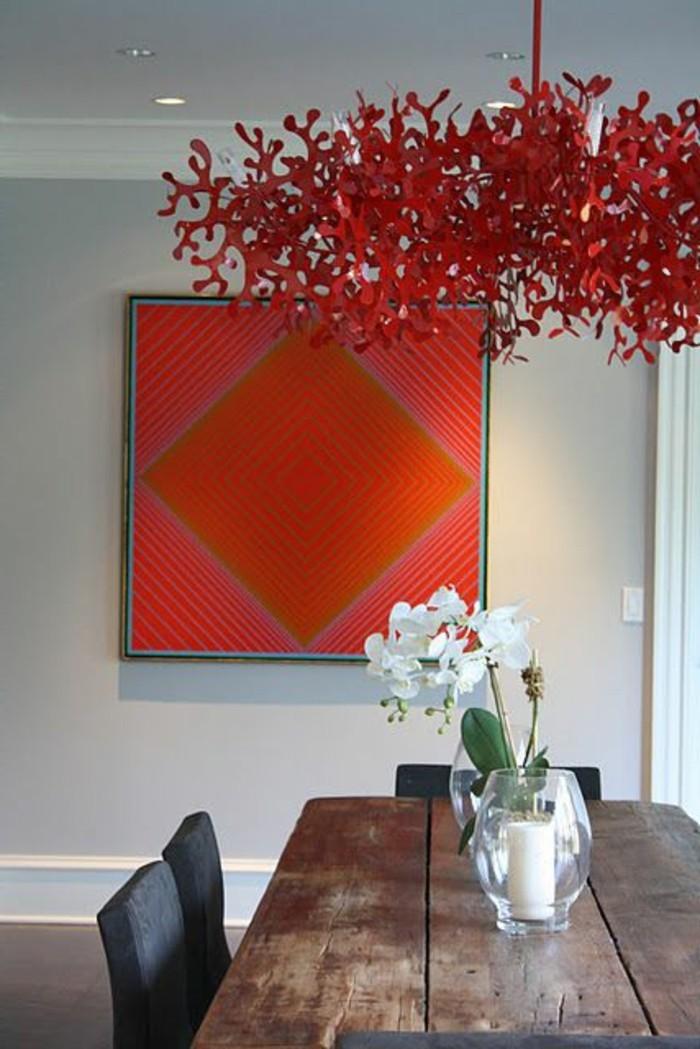 rote-Pendelleuchte-im-Esszimmer-mit-erstaunlichem-Design