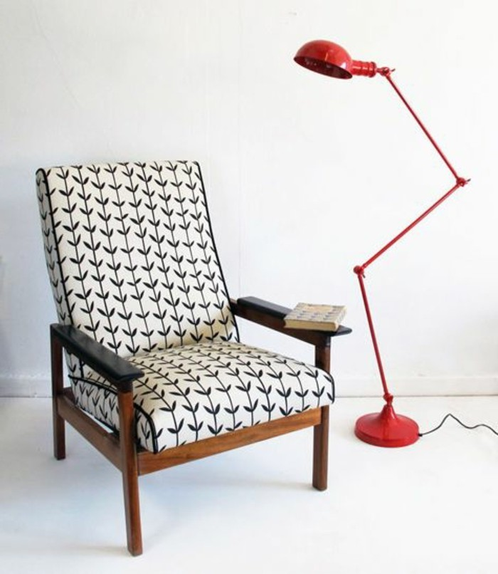 rote-Stehlampe-mit-schlichtem-Design