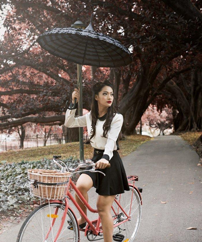 roter-Damenfahrrad-mit-Korb-kombiniert-mit-kokettem-Regenschirm