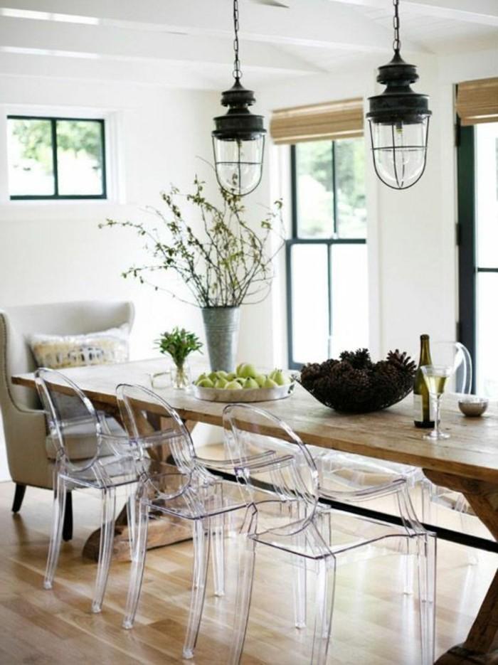 rustikale-Esszimmer-Gestaltung-vintage-Pendelleuchten-durchsichtige-Stühle