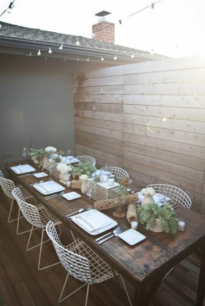 rustikaler-Tisch-aus-Holz-Set-aus-weißen-Metall-Stühlen