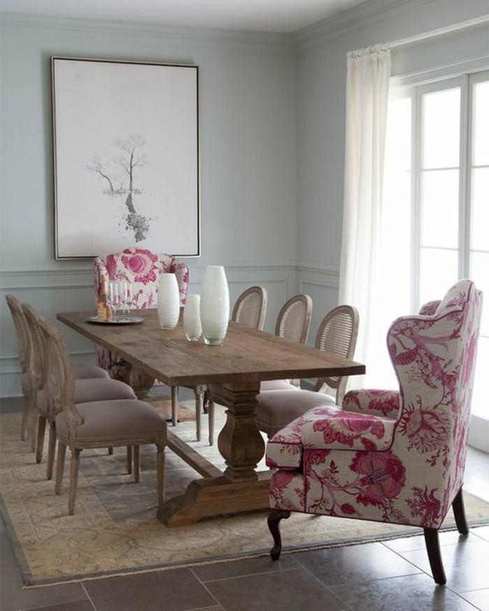 rustikaler-Tisch-elegante-Stühle-mit-Lehne-bunte-Sessel