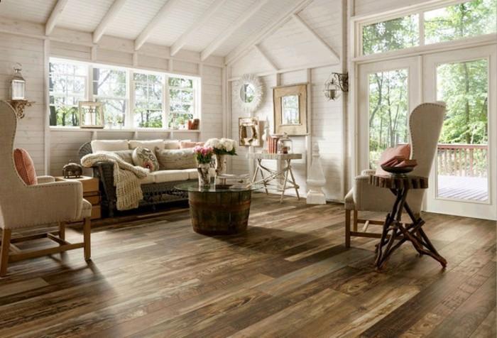 rustikales-zimmer-pvc-belag-im-eleganten-wohnzimmer-mit-hoher-zimmerdecke