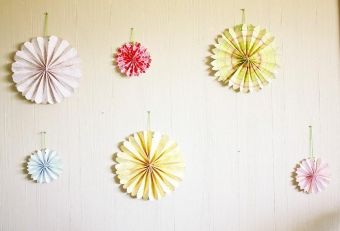 süße-papierblumen-an-der-wand-modernes-foto