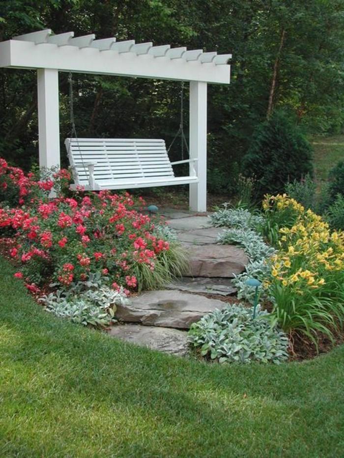 schöne-Garten-Landschaft-weiße-Bank