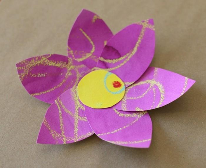 schöne-papierblumen-basteln-rosige-farbe-gelber-akzent