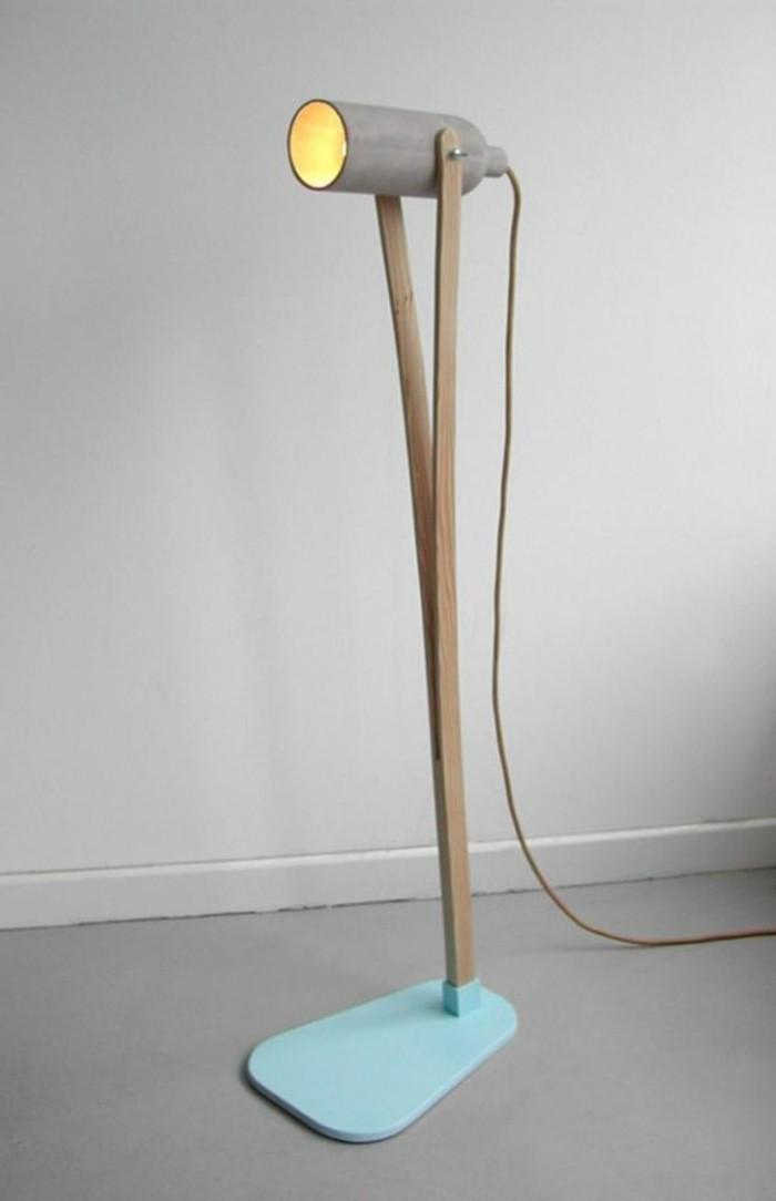 schöne-stehlampe-unikales-design-grauer-hintergrund