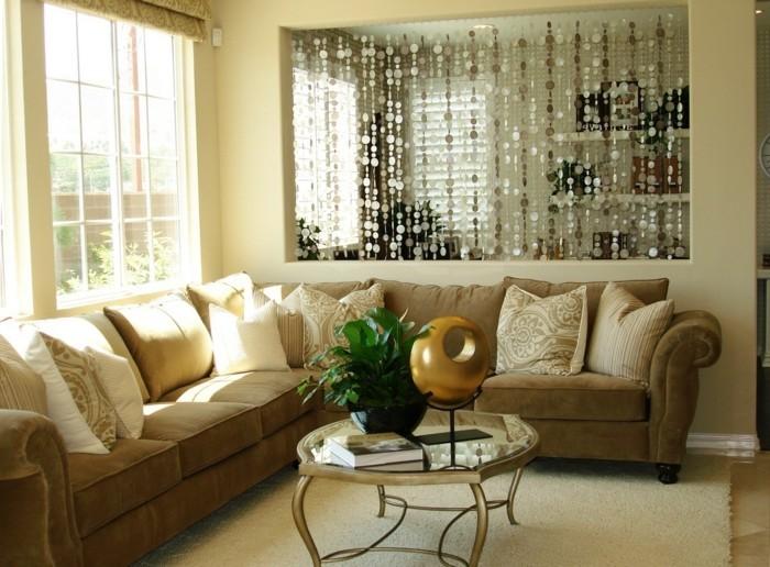 schöne-wohnideen-beige-sofa-und-kleiner-dekorativer-glastisch