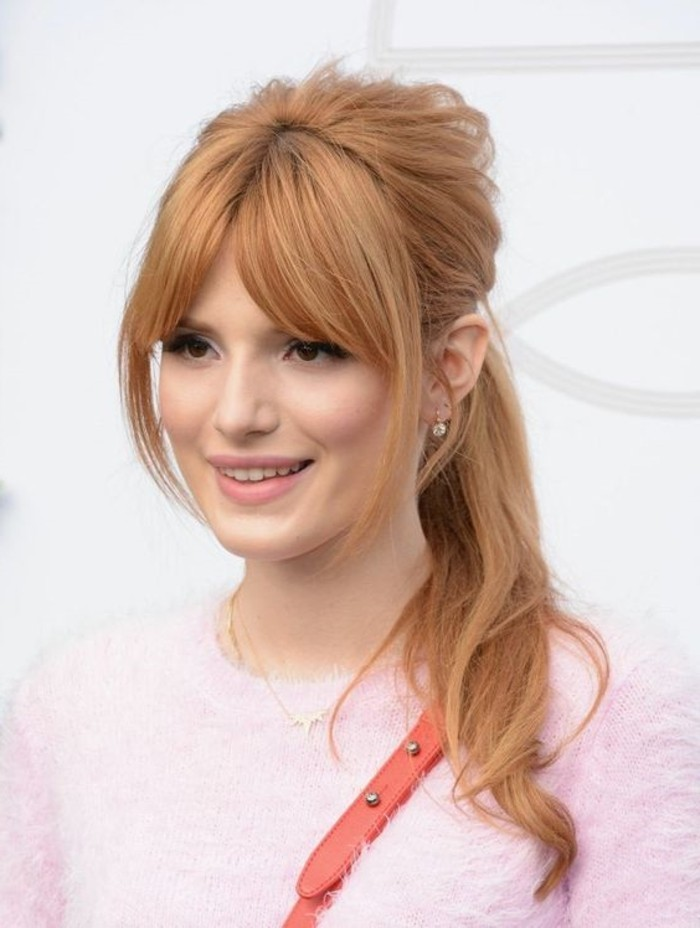 schönes-Mädchen-mit-Kupfer-Haarfarbe-angekleidet-in-rosa-Pullover