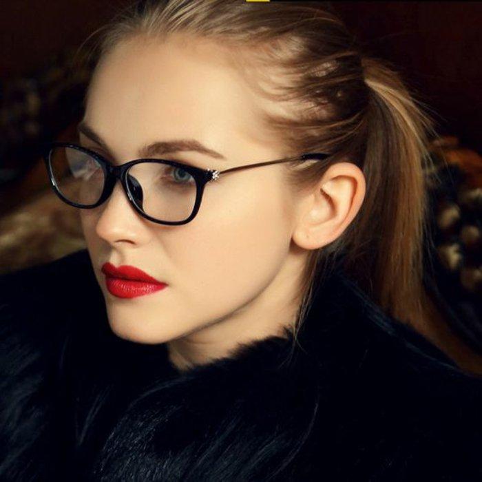 schönes-Modell-Brillen-ohne-Sehstärke-für-Frauen