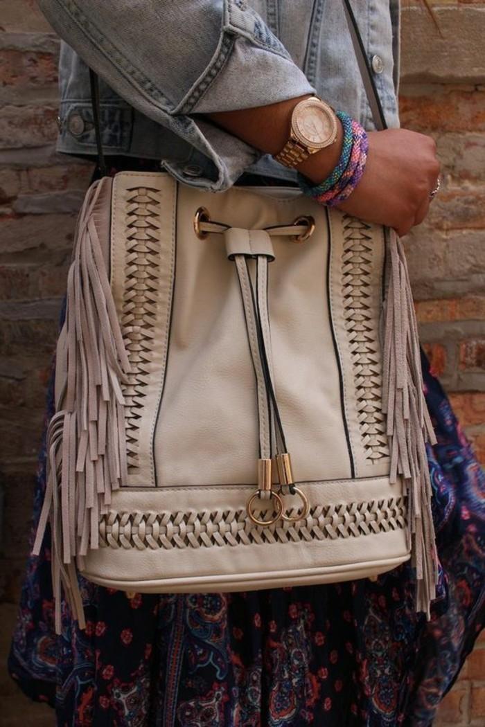 schönes-Modell-Tasche-in-Beige