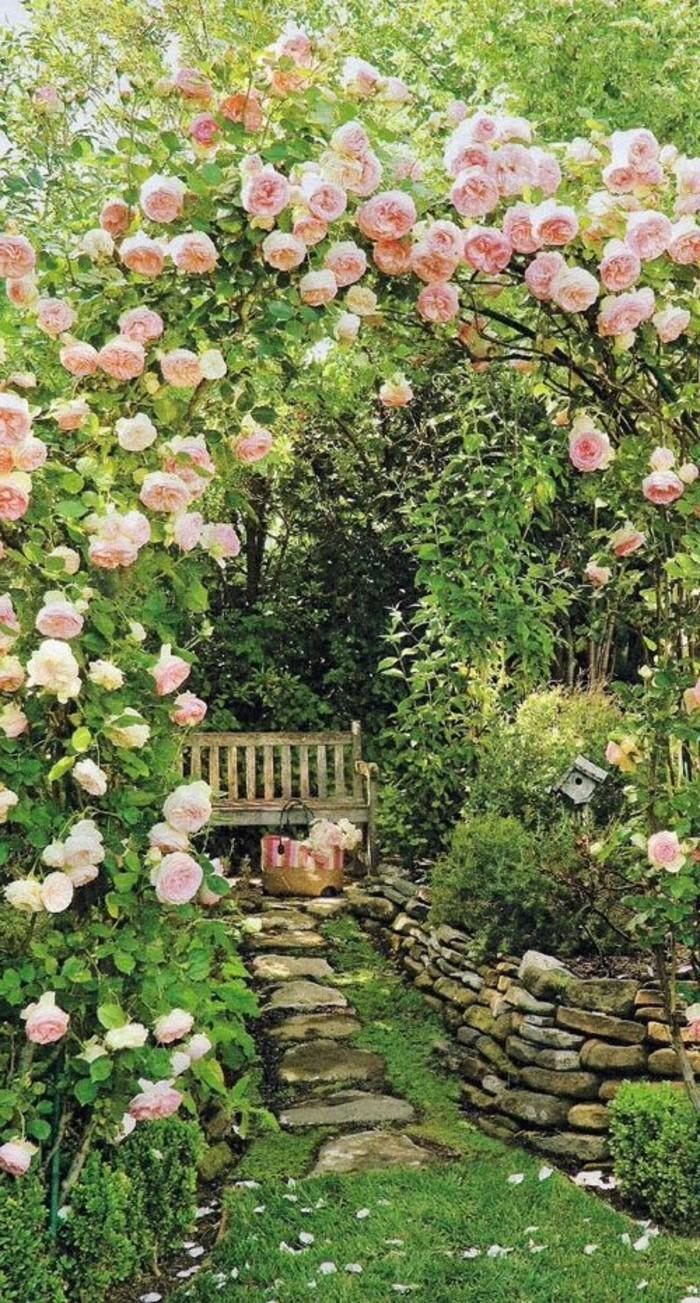 schlichte-Gartenbank-unter-den-Rosen