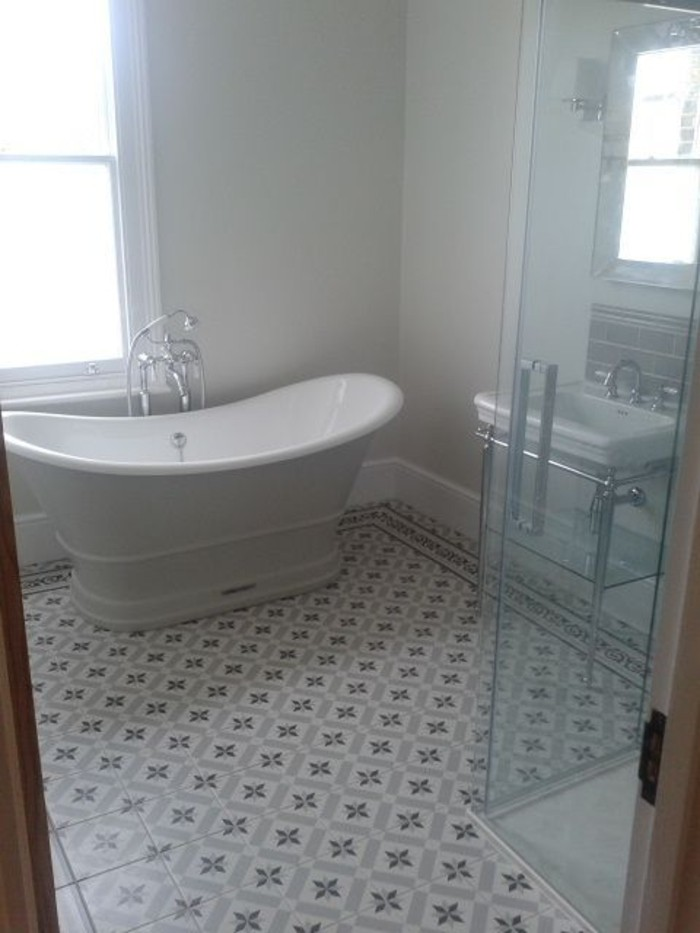 schlichtes-Badezimmer-Interieur-interessante-Bodenfliesen-Bad