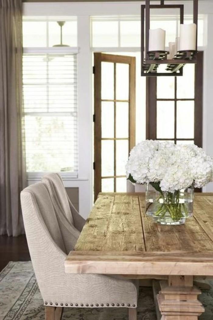 schlichtes-Esszimmer-Interieur-bequeme-Sessel