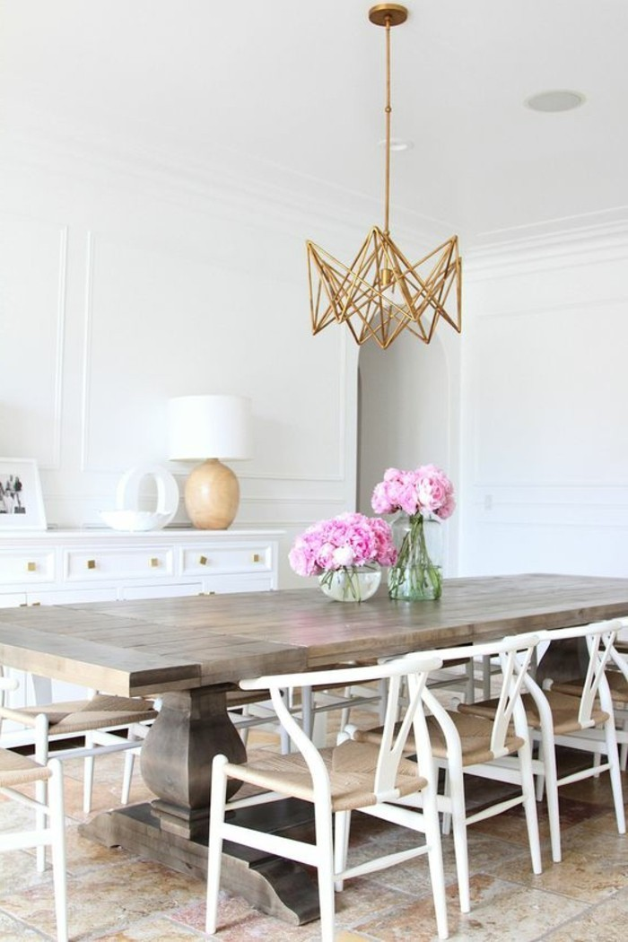 schlichtes-Interieur-Leuchte-mit-originellem-Design-rosa-Pfingstrosen-als-Akzent