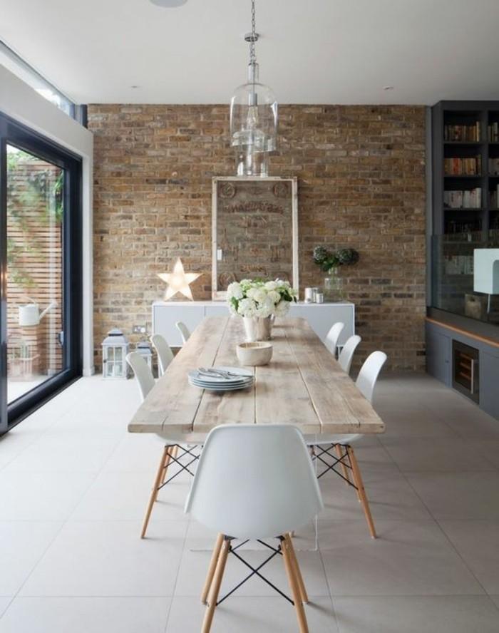 schlichtes-Interieur-fantastische-Esszimmerstühle-in-Weiß