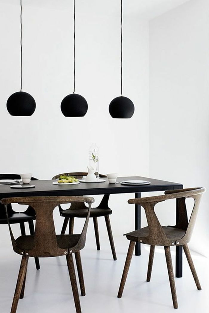 schlichtes-Interieur-hölzerne-Stühle-mit-interessantem-Design